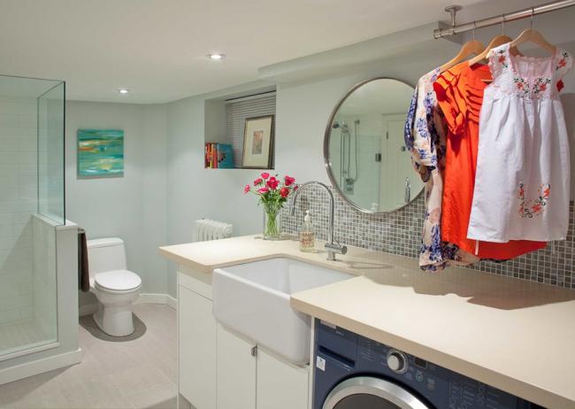 Просторная ванная комната, оформленная в классическом стиле