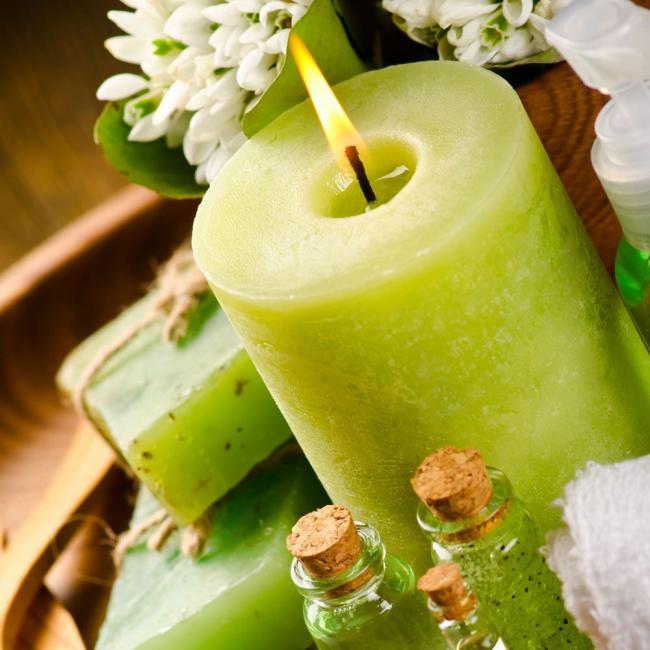 Используя в изготовлении эфирное масло лайма, окрасьте свечу в салатовый цвет