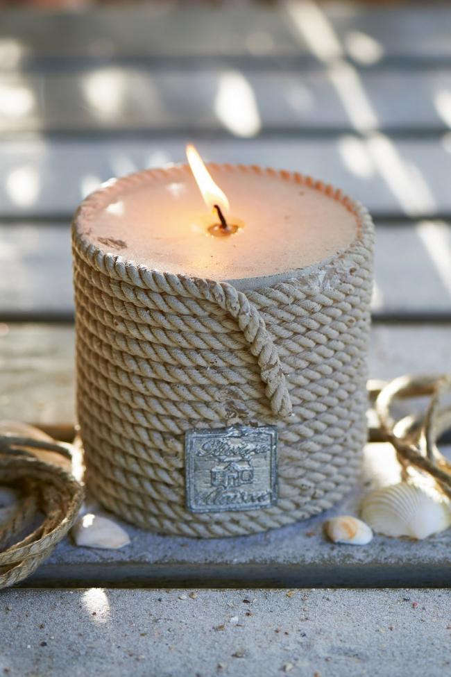 Свеча, обмотанная веревкой, станет прекрасным элементом декора вашего интерьера