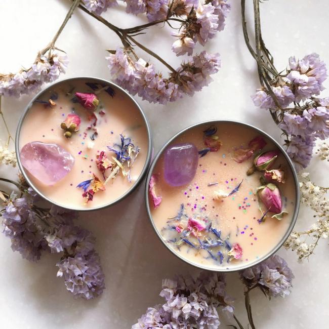 Свечи, украшенные бутонами цветов, могут послужить отличным подарком