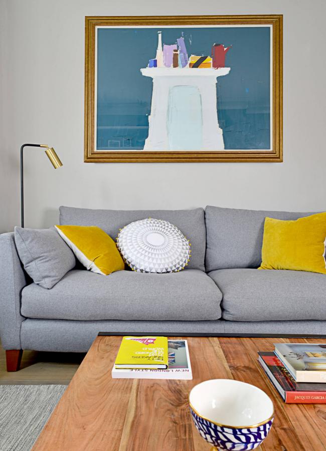Желтые подушки помогут сделать интерьер более контрастным