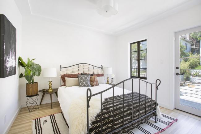 Спальня в экостиле: сочетание белого цвета с натуральными материалами в оформлении