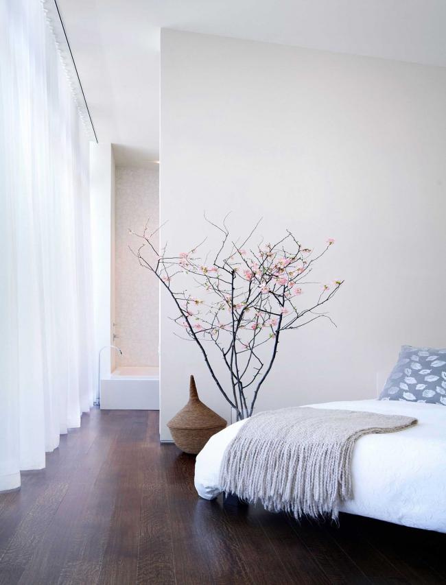 Белые стены и мягкий рассеянный свет от окна делают комнату по-настоящему домашней и уютной