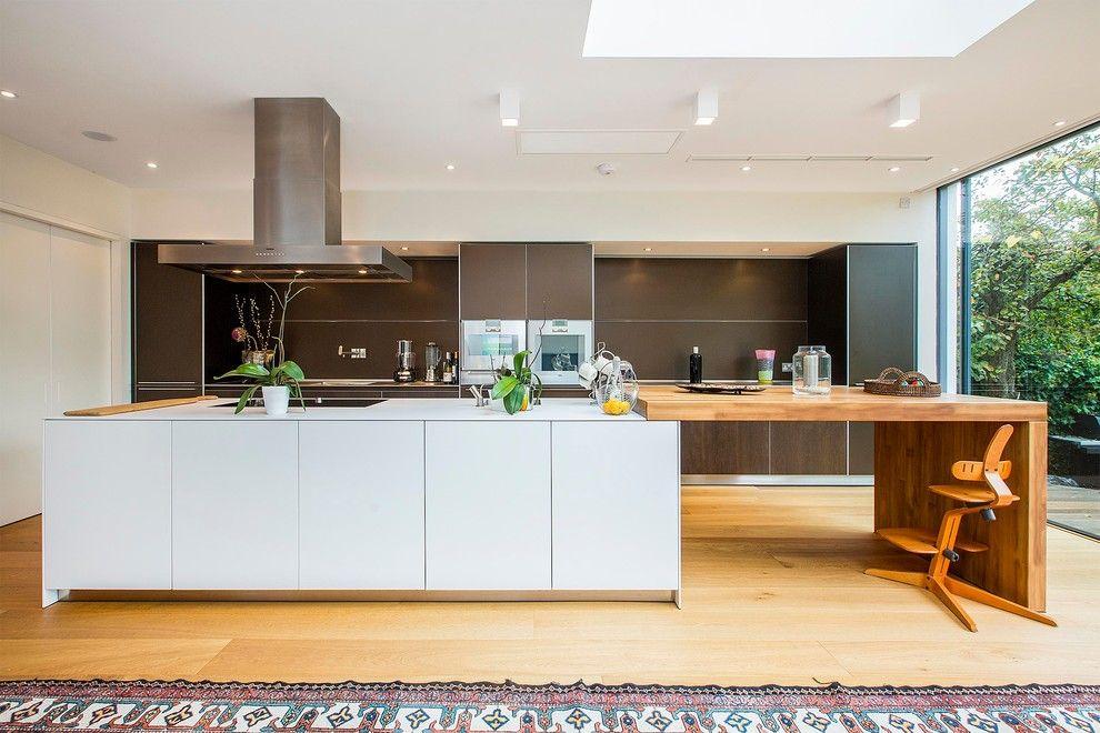 Кухня в стиле модерн с барной стойкой из дерева