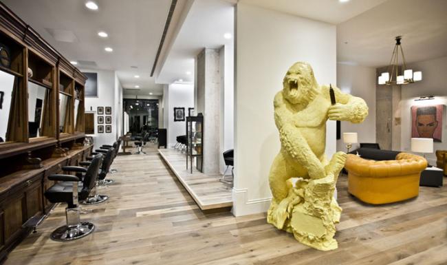 """Экстравагантная скульптура на входе в салон визуально отображает процесс """"ваяния"""" и создания прекрасного"""