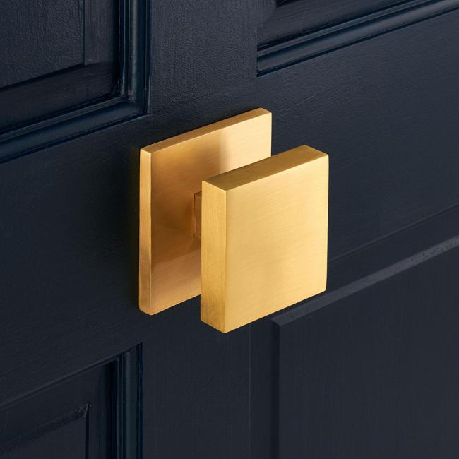 Роскошный вид золотого аксессуара на темной двери