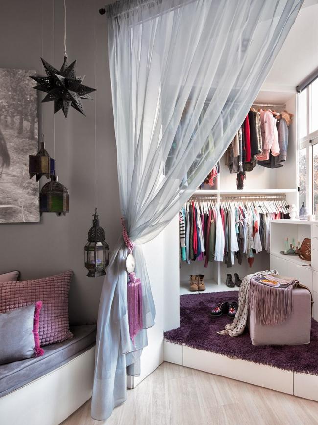 Маленькая гардеробная за прозрачной шторой на угловом балконе