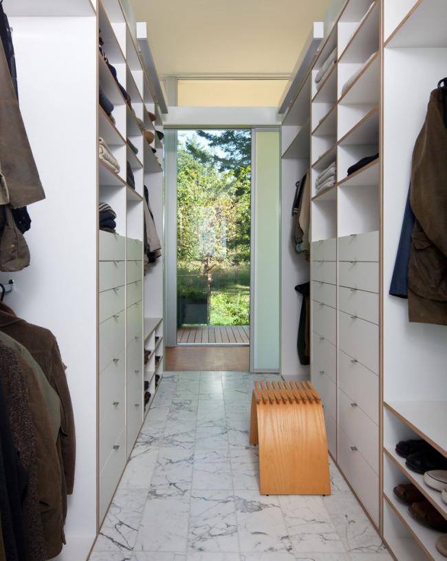 Небольшая, но вместительная гардеробная со шкафами по обе стороны комнаты