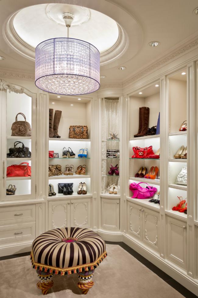 Роскошная люстра в дизайне гардеробной комнаты