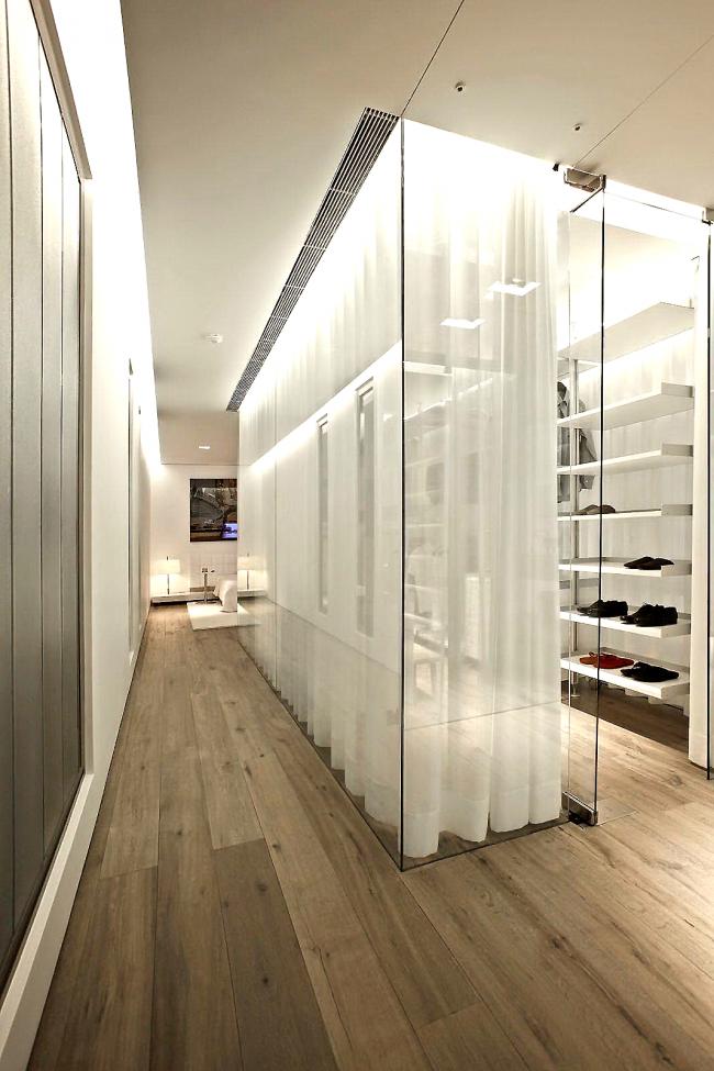 Стеклянная гардеробная комната с полупрозрачными шторами в современном интерьере