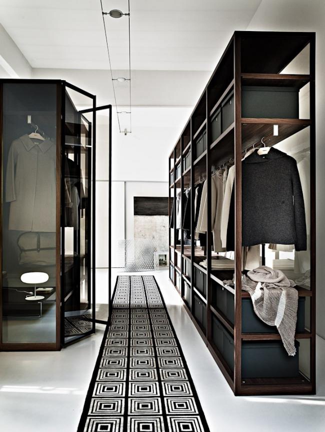 Стильная и современная гардеробная с открытыми и закрытыми стеклянными шкафами