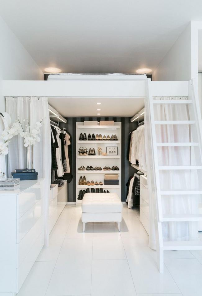 Гардеробная комната, спрятанная за белыми полупрозрачными шторами