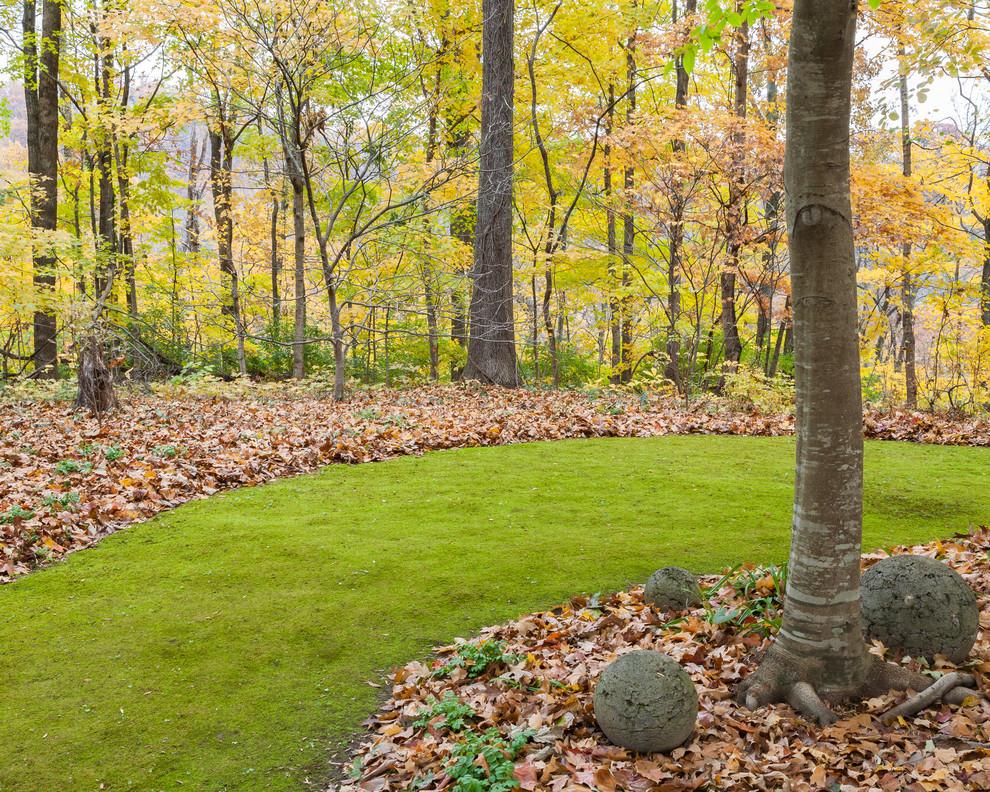 Осенний набор мероприятий по уходу за газоном очень важен, и ошибки в нем чреваты досадными последствиями. Например, нельзя вносить удобрения позже начала-середины октября, чтобы трава не начала всходить перед самыми холодами