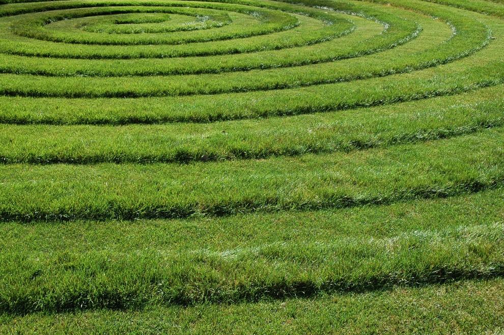Декоративный прием стрижки газона: передвигаясь с газонокосилкой концентрически. Идеально ровных кругов или спиралей можно добиться, закрепившись к центральной надежной опоре тросом)