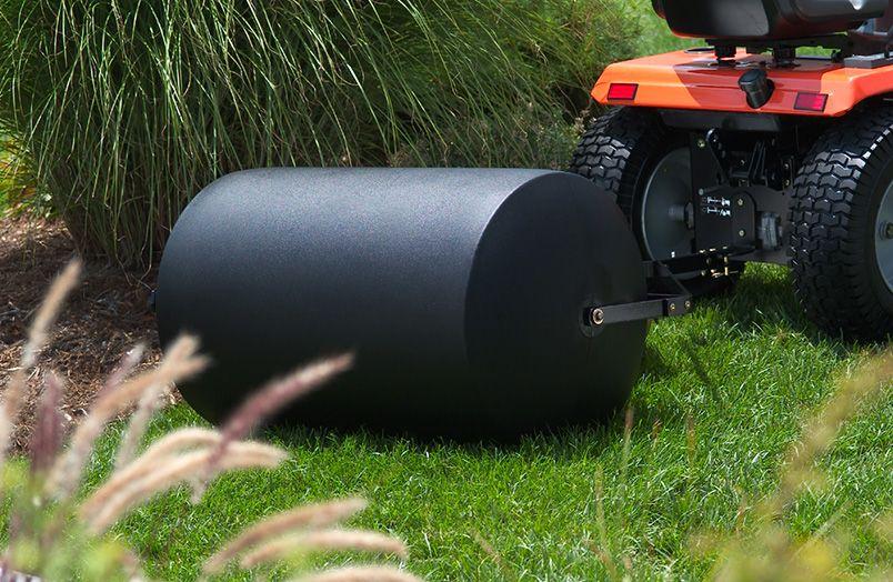 Каток для выравнивания поверхности участка может быть ручным (до 100 кг) и для газонокосилки. Нужен он довольно редко, поэтому его можно не только купить, но и брать в аренду