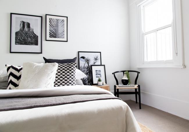 Черно-белый интерьер спальни с дизайном в скандинавском стиле