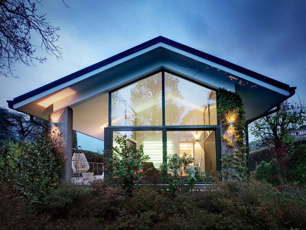 Небольшой уютный домик с панорамными окнами