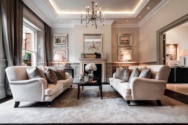 Натяжной потолок в интерьере классической гостиной