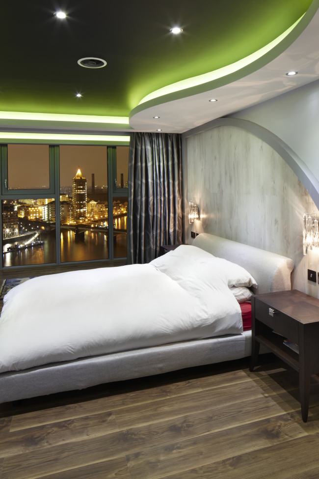 Эффектный зеленый натяжной потолок в дизайне спальни