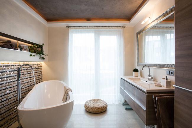 Натяжной потолок в интерьере современной ванной комнаты