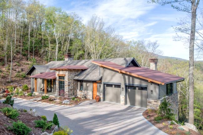 Серый цвет в оформлении фасада одноэтажного дома с двумя гаражами