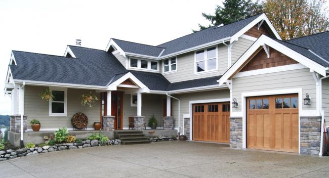 Небольшой загородный дом с двумя гаражами в классическом стиле