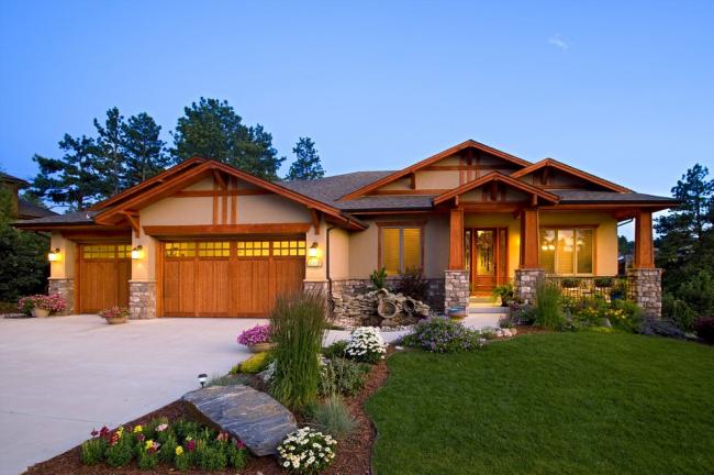 Строительство дома вместе с гаражным помещением имеет очень много преимуществ