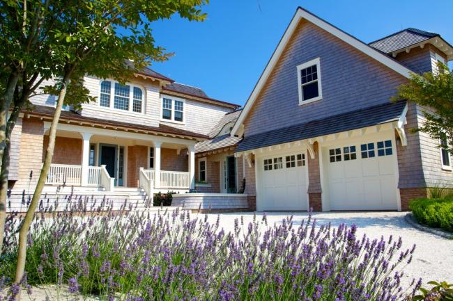 Красивый и очень уютный частный дом с мансардным этажом и двумя гаражами