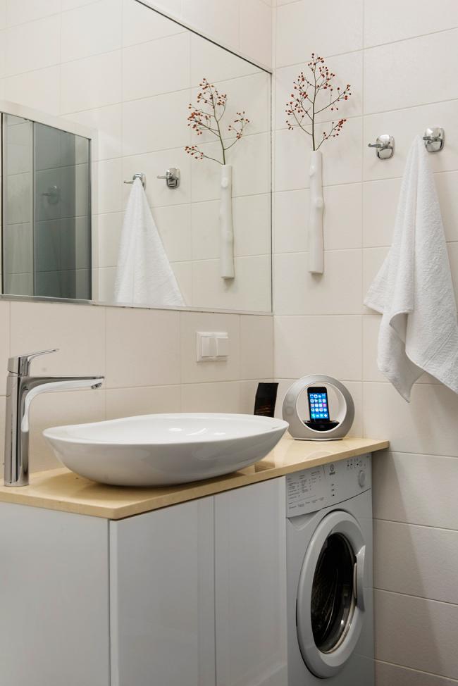 Небольшая мойка над стиральной машиной на столешнице в узкой ванной комнате