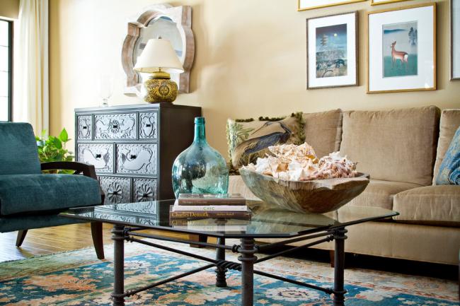 Журнальный столик из стекла в интерьере небольшой гостиной комнаты