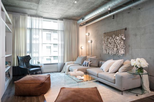Просторная гостиная с интерьером в стиле лофт