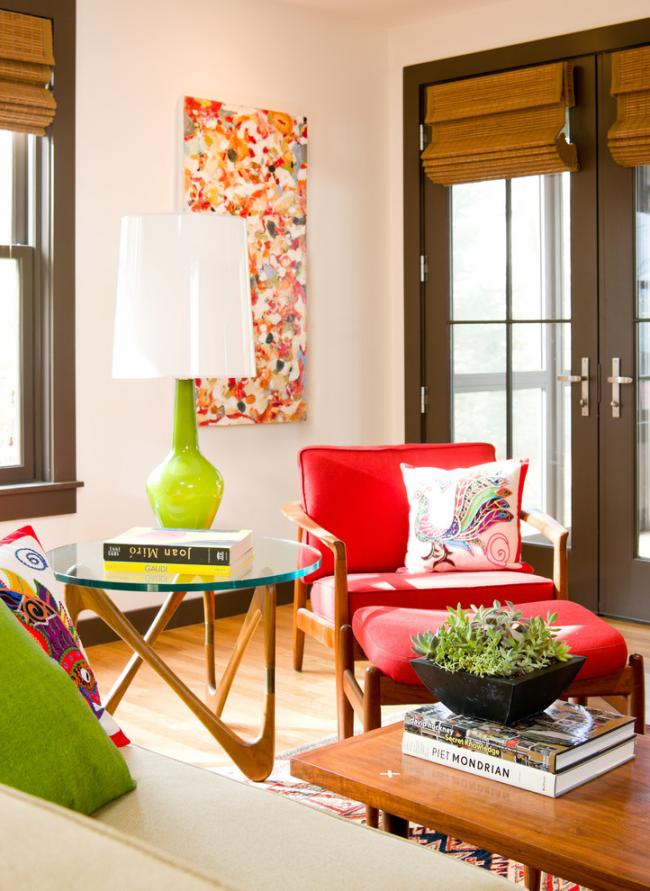 Красивый журнальный стеклянный столик в гостиной, оформленной в стиле ретро