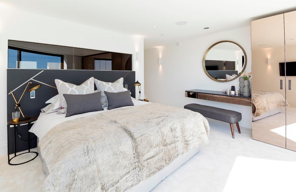 Небольшие прикроватные светильники для тумбочек в современной спальне