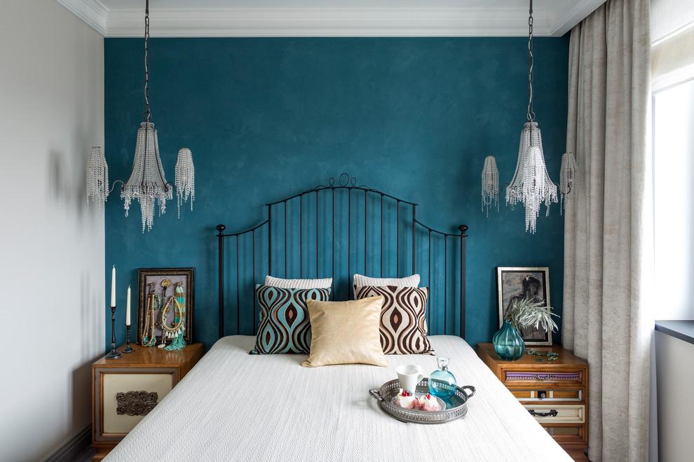 Роскошная спальня в стиле фьюжн с потолочными светильниками на длинных кронштейнах