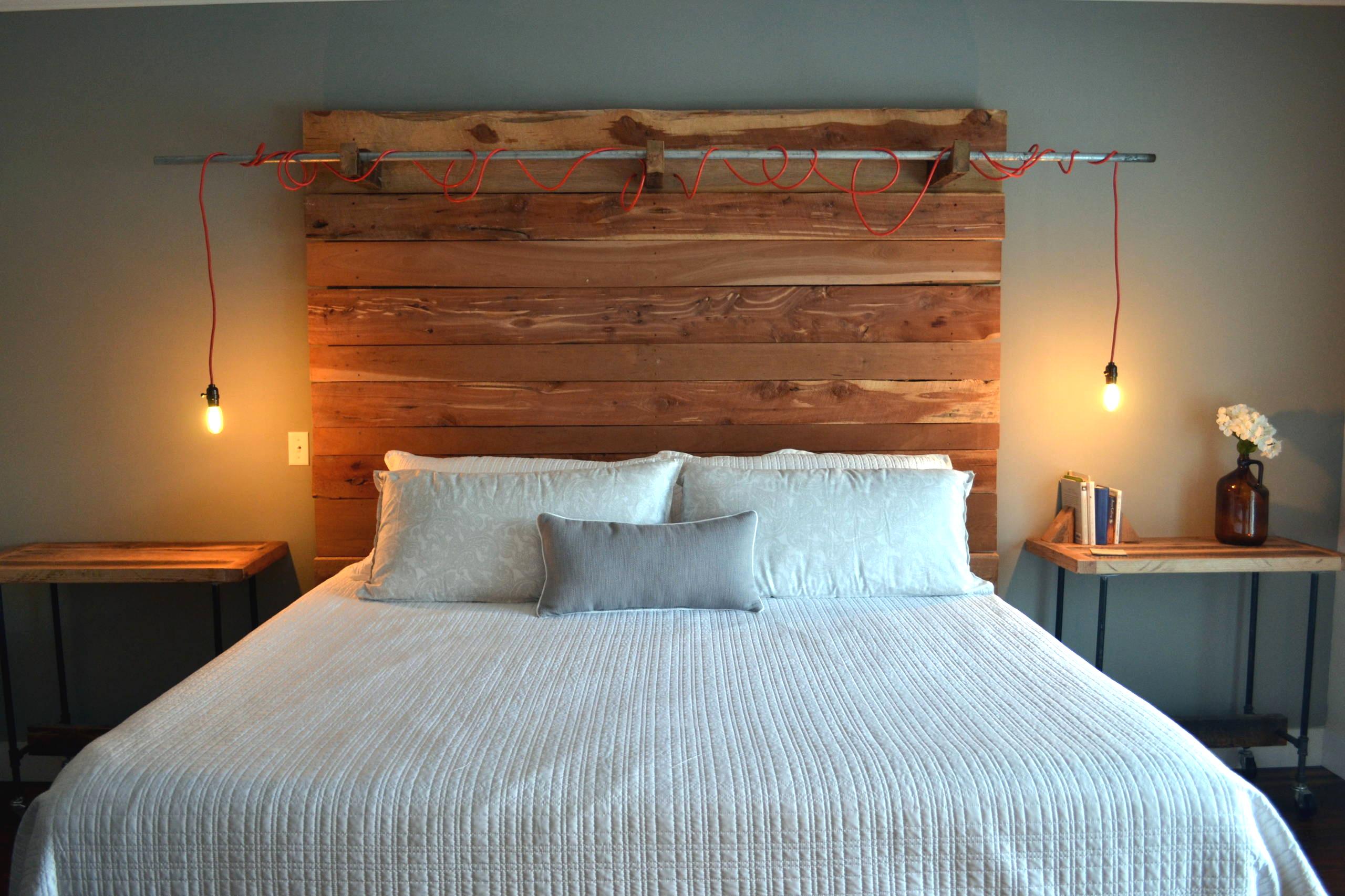 Необычный светильник, закрепленный на деревянном изголовье кровати