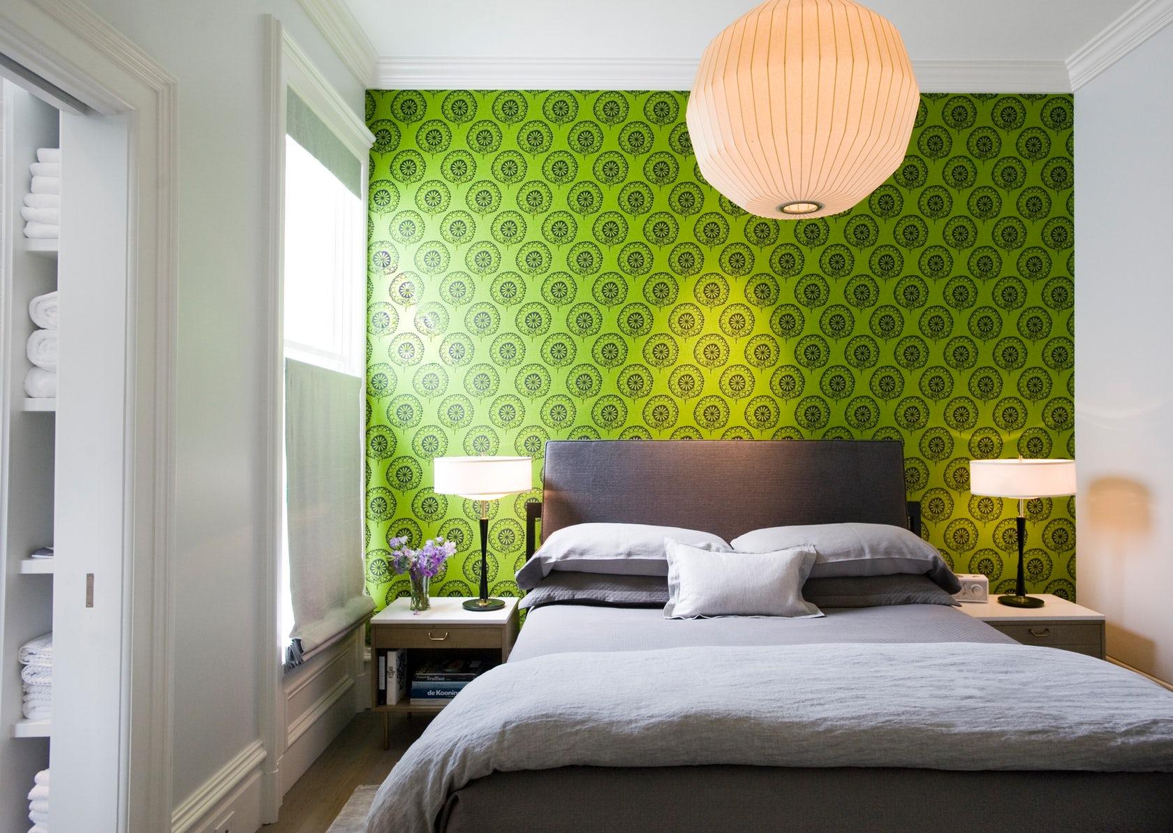 Пестрые зеленые обои помогут подчеркнуть стиль фьюжн