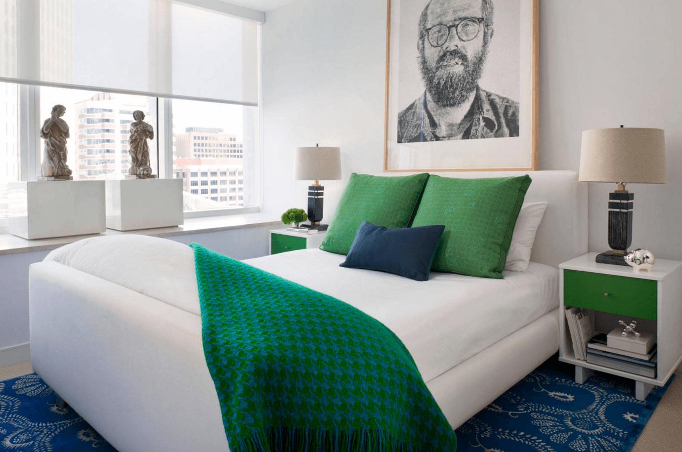 Прекрасный интерьер небольшой спальни, продуманный до мелочей
