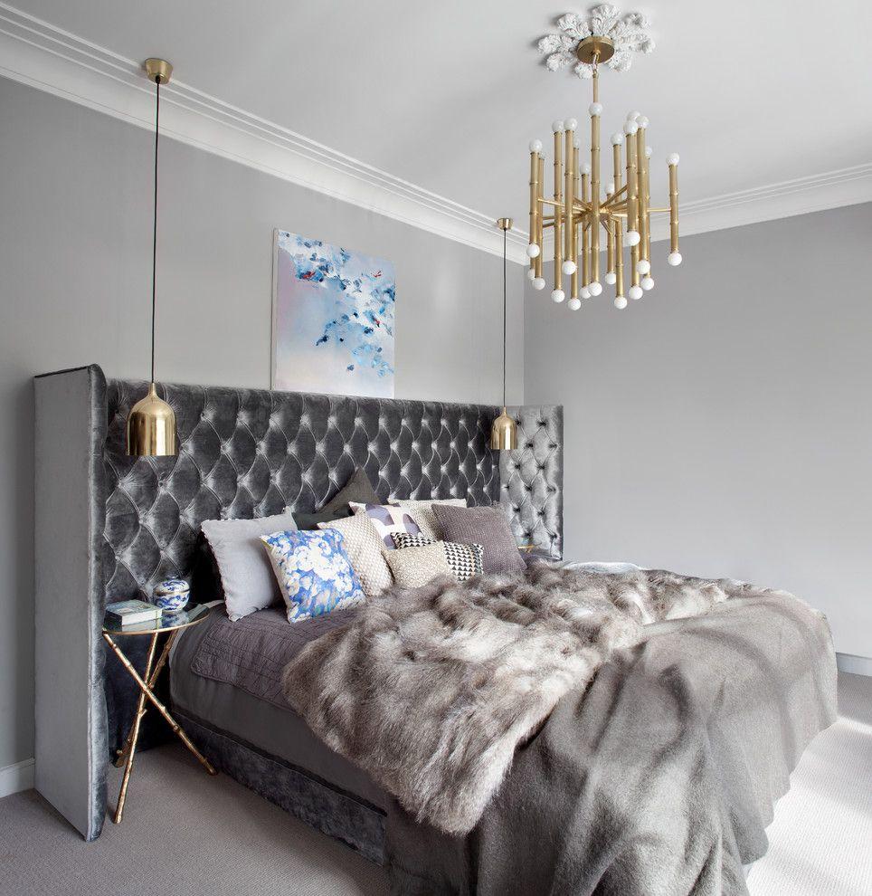 Стильная спальня в серых цветах с прикроватными потолочными светильниками