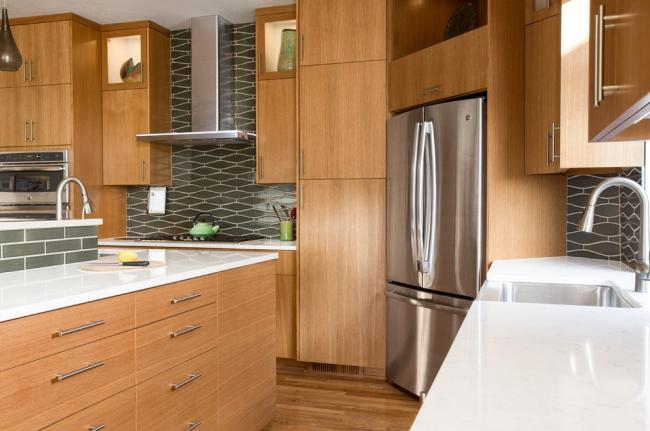 Современные производители предлагают широкий выбор угловых холодильников, которые позволяют полностью использовать самое неудобное место на кухне– угол