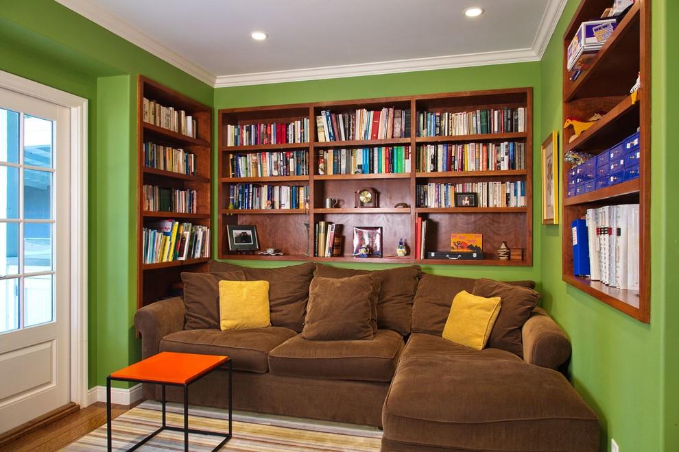 Контрастный интерьер компактной гостиной комнаты