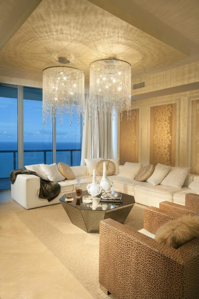 Массивная хрустальная люстра послужит отличным элементом декора вашего интерьера