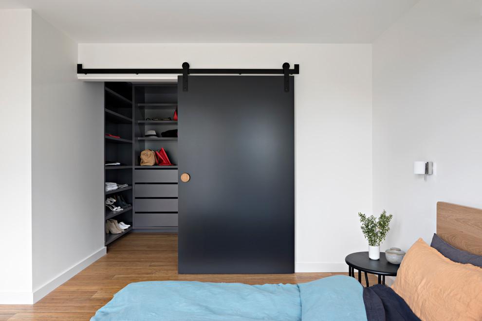 Дверь черного цвета придаст чувство строгости вашему интерьеру