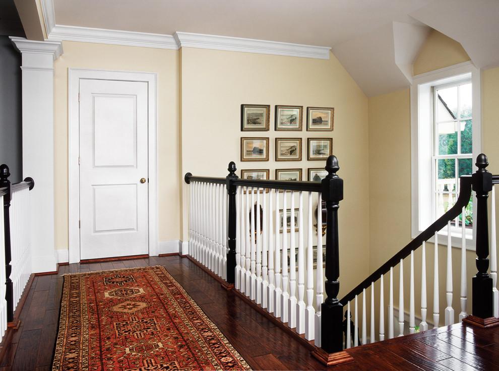 Белая дверь в классическом интерьере