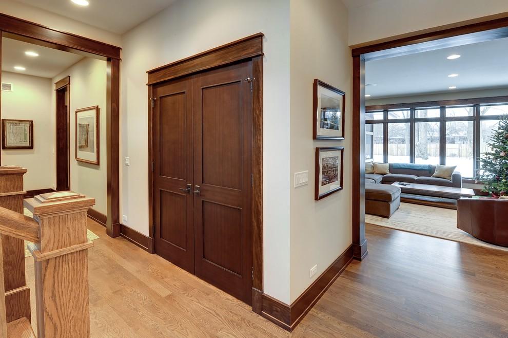 Зачастую дверь из шпона визуально почти не отличается от двери из натурального массива