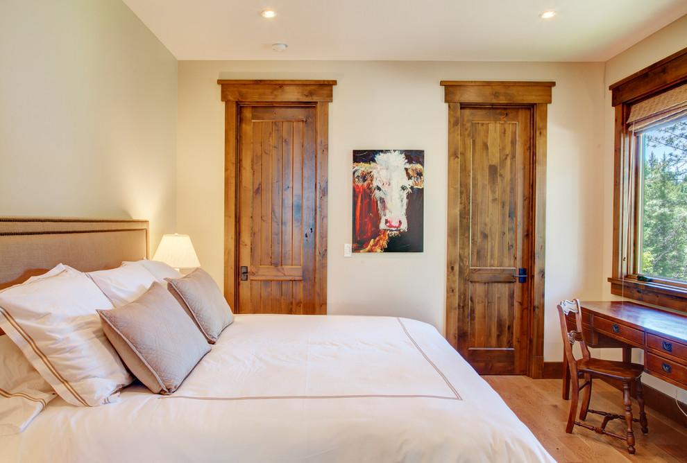 Уютная спальня, оформленная в стиле кантри