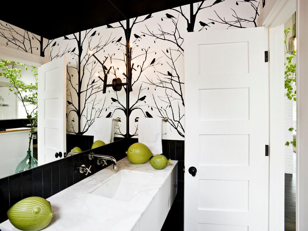 Ванная комната с белой деревянной дверью