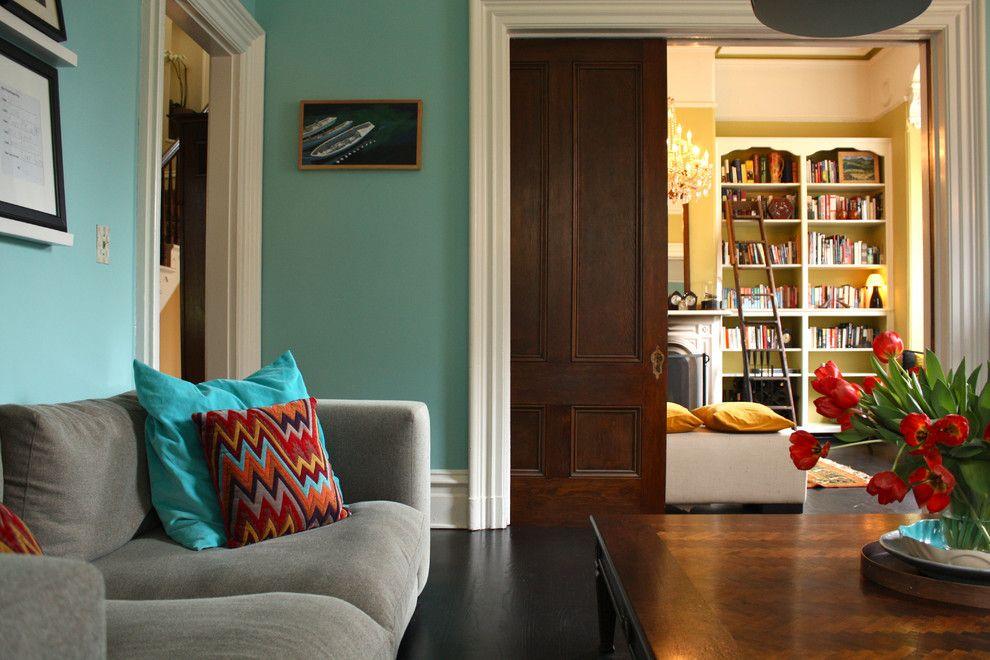 Гостиная с раздвижными филенчатыми дверями