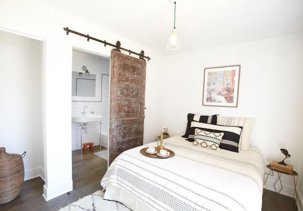 Спальня с раздвижной деревянной дверью