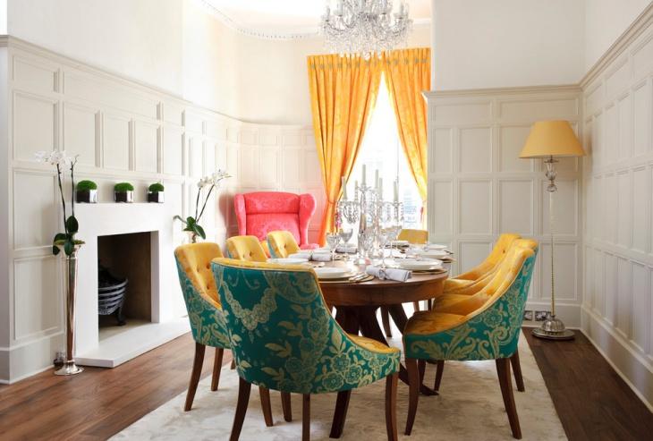 Яркие шторы и массивные стулья в столовой
