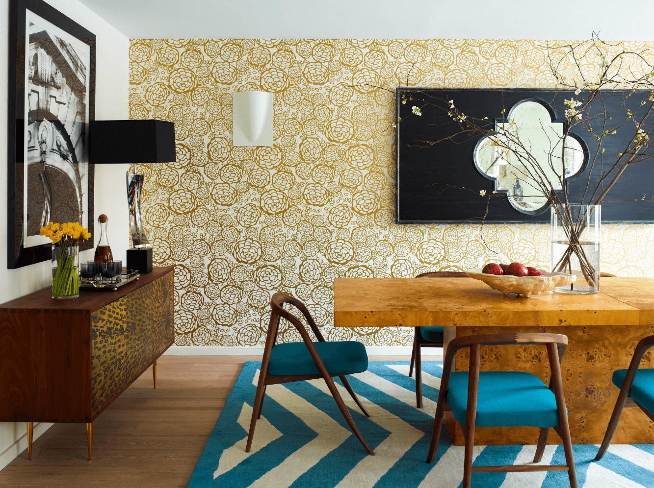 Модная столовая с ярким ковром и стульями